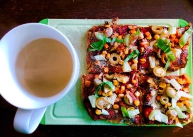 Aus Maismehl und Buchweizenmehl gebackene Pizza mit Gemüse