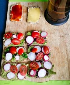 Selbstgebackenes Brot aus Buchweizenmehl, Leinsamen, Chiasamen, Sonnenblumenkerne, Wasser, Backpulver, Gewürzen und Rosinen, mit Avocado-sojasoßen-Wasabi Aufstrich, Gemüse und Kräutern, Koffeinfreier Kaffee